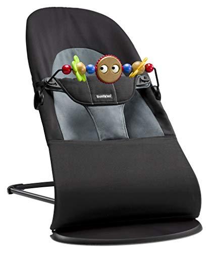 BabyBjörn 605001 Babywippe Paket, Balance Soft inklusive Holzspielzeug, Cotton, Schwarz/Dunkelgrau,...